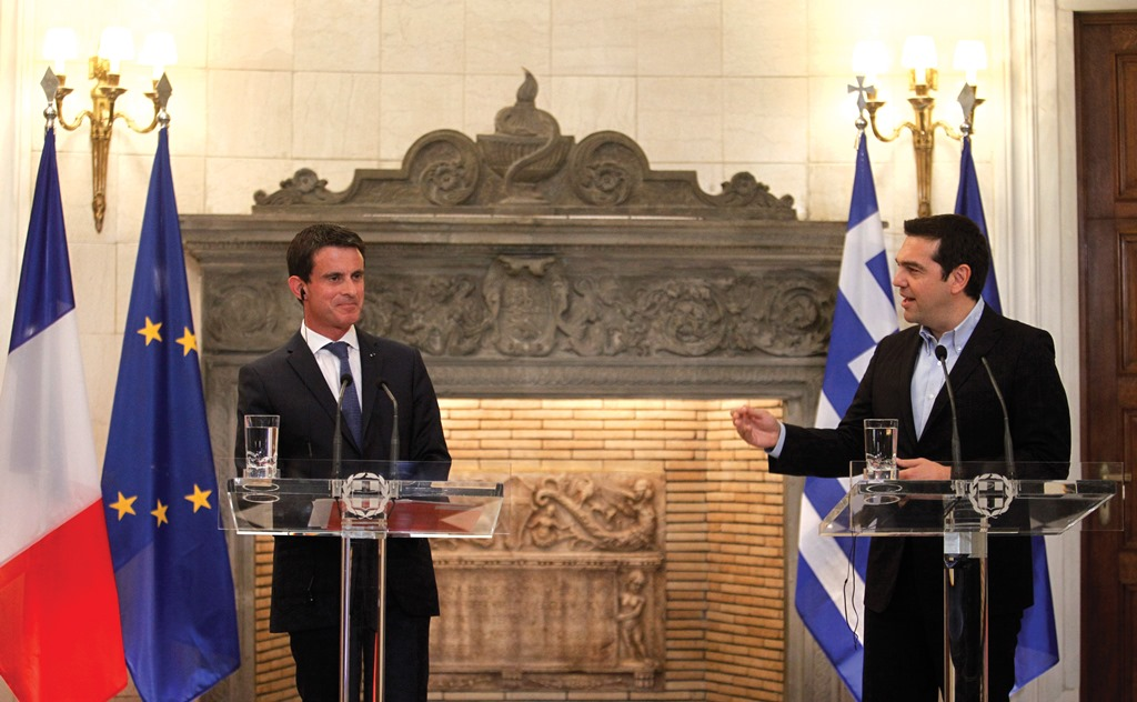 "Prime Ministers Manuel Valls and Alexis Tsipras make joint statements to the press after their extended talks, in which the French Premier stated that ""I came to Greece bringing a message: France is on Greece's side."" G.Kontarinis/Eurokinissi)"
