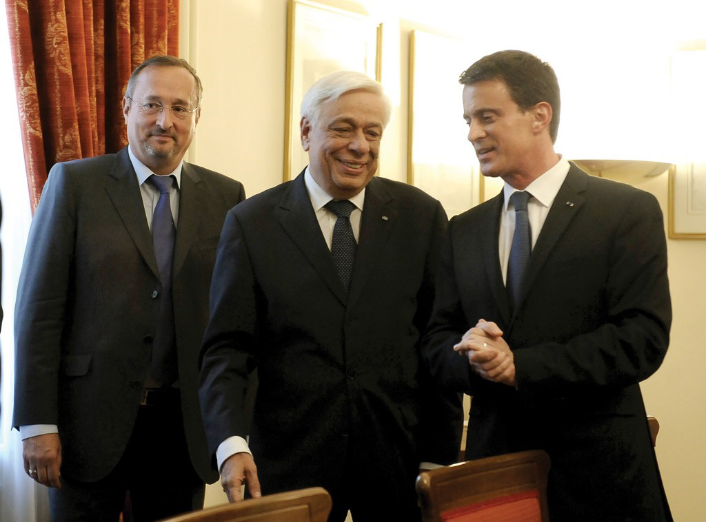 Premier Valls, accompanied by Ambassador of the French Republic, Christophe Chantepy, is welcomed by President of the Hellenic Republic Prokopis Pavlopoulos. (EUROKINISSI/TATIANA BOLARI)