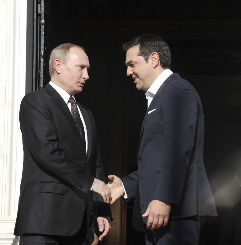 President Putin is welcomed to the Maximos Mansion by Prime Minister Alexis Tsipras. (Photo: T.Bolari/Eurokinissi)